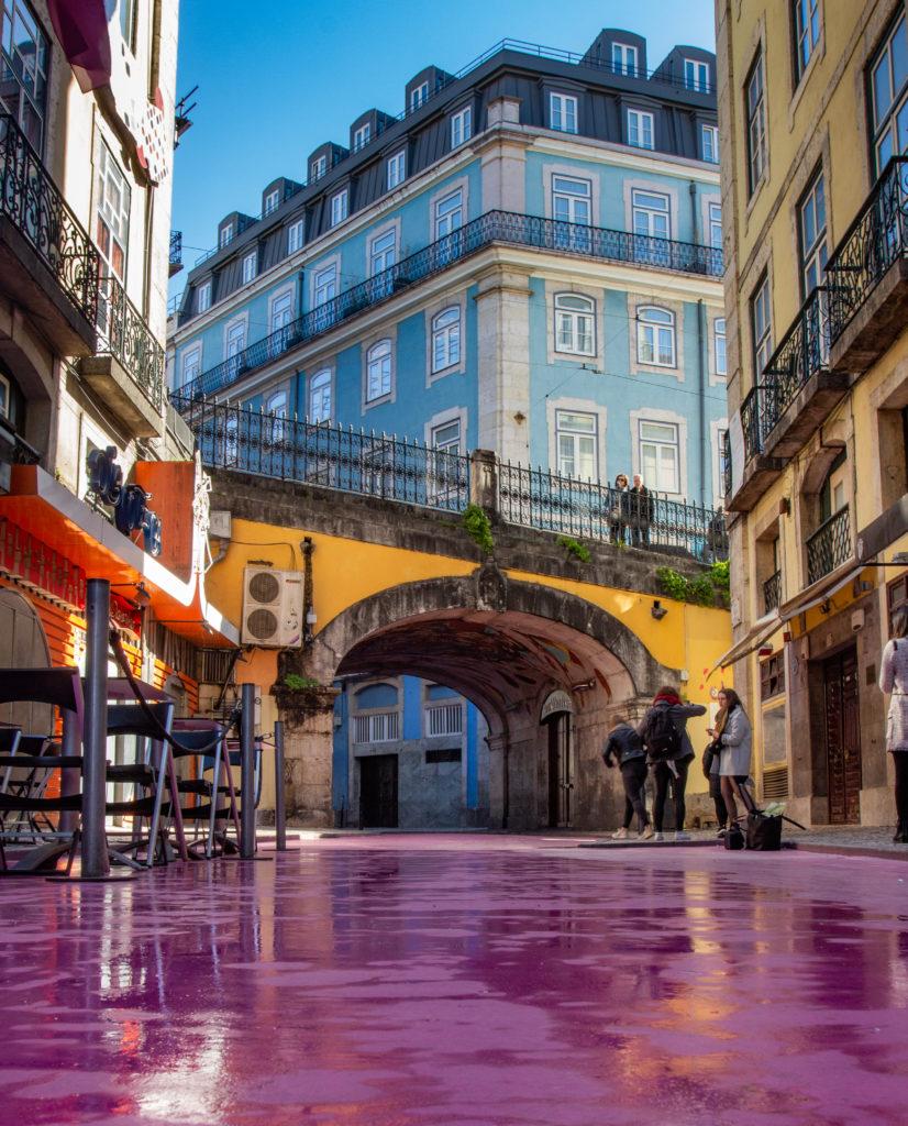 "<img class=""pull-center"" title=""Лиссабон, Розовая барная улица"" src=""http://www.journeys6senses.com/wp-content/uploads/2020/01/IMG_5872-826x1024.jpg"" alt=""жилье в Лиссабоне"">"