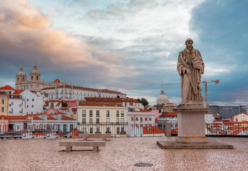 "<img class=""pull-center"" title=""Лиссабон, Miradouro das Portas do Sol"" src=""http://www.journeys6senses.com/wp-content/uploads/2020/01/IMG_6092-1024x708.jpg"" alt=""жилье в Лиссабоне"">"