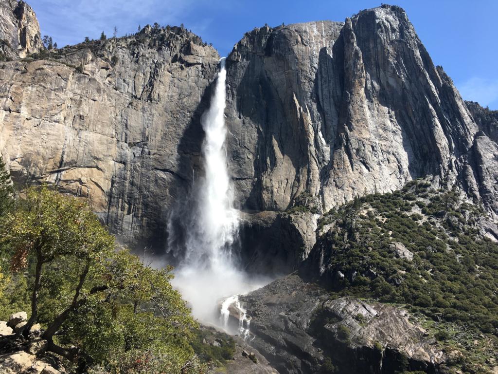"<img class=""aligncenter lazy"" data-src=""http://www.journeys6senses.com/wp-content/uploads/2020/01/image-27-1024x768.png"" alt="" Йосемити, Калифорния"" title=""На фото водопад в парке Йосемити, Калифорния, США"">"