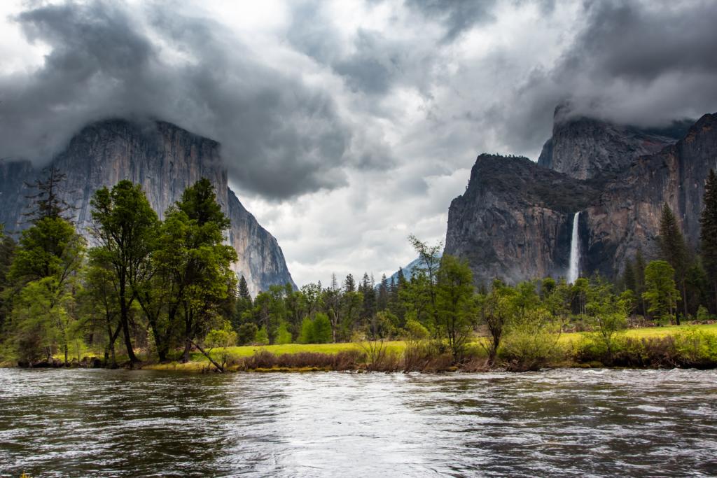 "<img class=""aligncenter lazy"" data-src=""http://www.journeys6senses.com/wp-content/uploads/2020/01/image-29-1024x683.png"" alt="" Йосемити, Калифорния"" title=""На фото водопад в парке Йосемити, Калифорния, США"">"