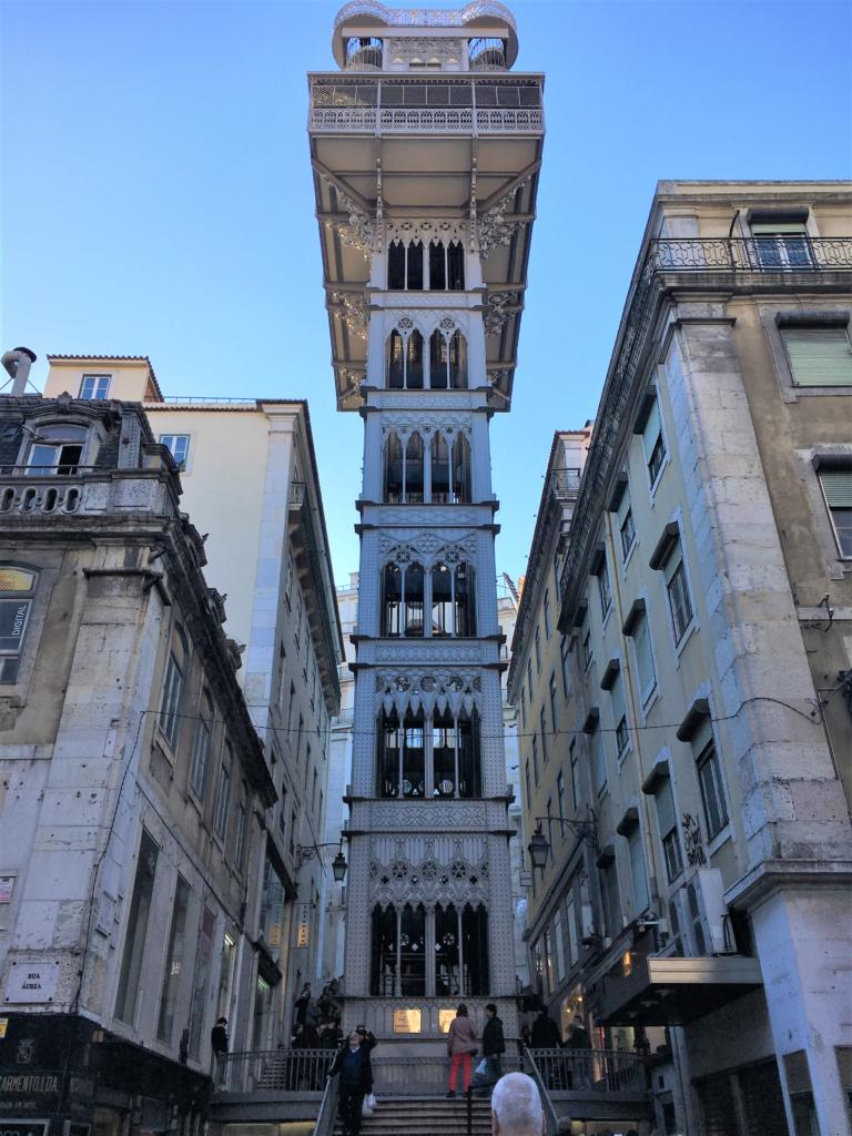 """<img class=""""pull-center"""" title=""""Лиссабон, Лифт Санта Хуста"""" src=""""http://www.journeys6senses.com/wp-content/uploads/2020/01/image-44-768x1024.png"""" alt=""""жилье в Лиссабоне"""">"""