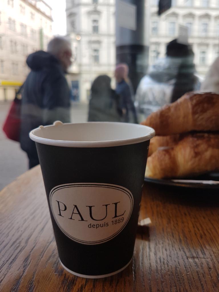 "<img class=""aligncenter lazy"" data-src=""http://www.journeys6senses.com/wp-content/uploads/2020/03/image-18-768x1024.png"" alt=""Стаканчик с кофе и круассан"" title=""На фото стаканчик кофе в кафе Paul, Смихов, Прага"">"