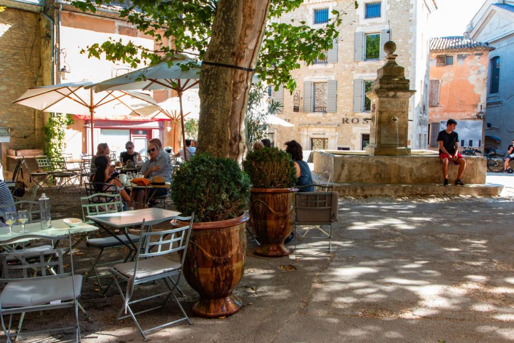 """<img class=""""aligncenter lazy"""" data-src=""""http://www.journeys6senses.com/wp-content/uploads/2020/03/image-26-1024x683.png"""" alt=""""Прованс, ресторан"""" title=""""На фото ресторан в городке Гард, Франция, Прованс"""">"""