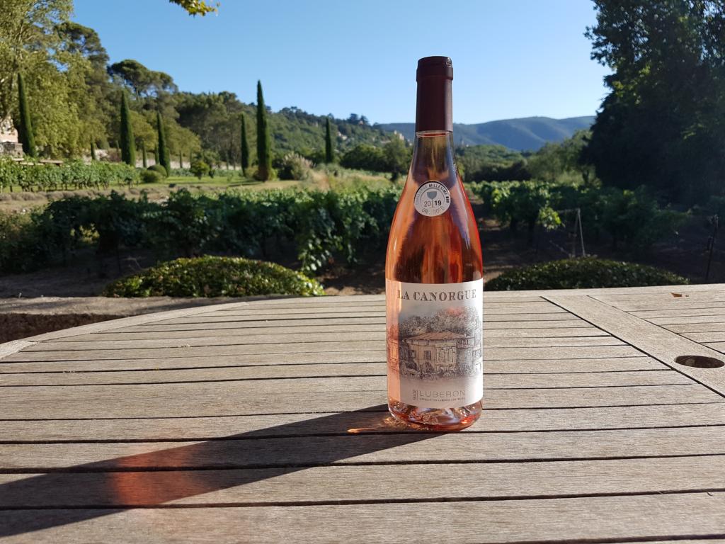 """<img class=""""aligncenter lazy"""" data-src=""""http://www.journeys6senses.com/wp-content/uploads/2020/03/image-28-1024x768.png"""" alt=""""Прованс, вино"""" title=""""На фото бутылка розового вина, Франция, Прованс"""">"""