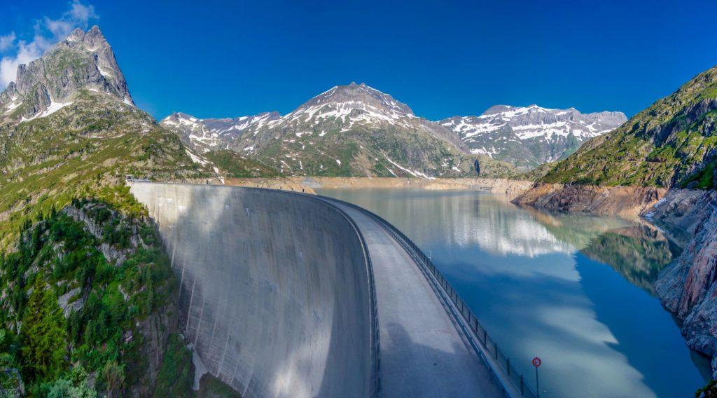 "<img class=""pull-center"" title=""Швейцария, озеро Lac d'Emosson"" src=""http://www.journeys6senses.com/wp-content/uploads/2020/04/11-1024x568.jpg"" alt=""озеро на тропе динозавров"">"
