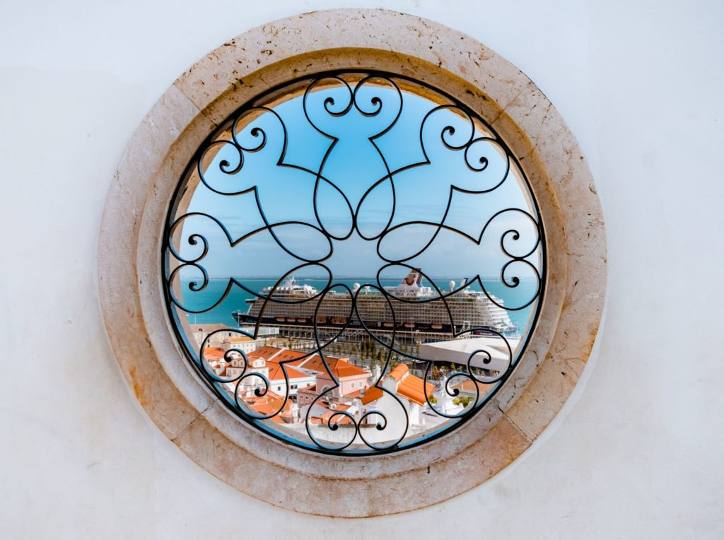 "<img class=""pull-center"" title=""Лиссабон, Алфама"" src=""http://www.journeys6senses.com/wp-content/uploads/2020/04/DSCF3830-1024x764.jpg"" alt=""жилье в Лиссабоне"">"