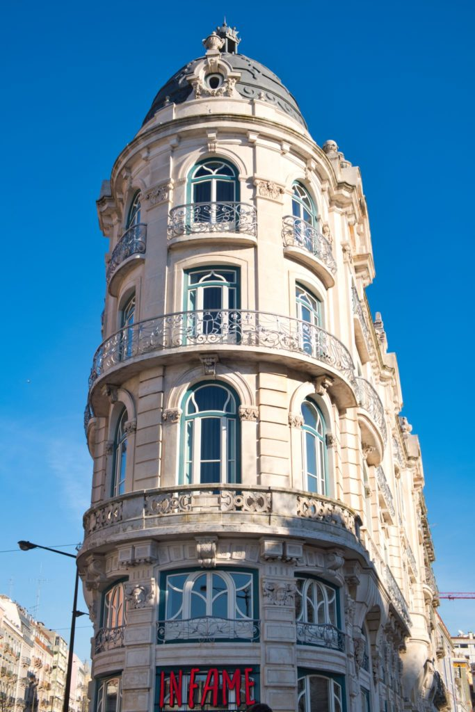 "<img class=""pull-center"" title=""Лиссабон, Морария"" src=""http://www.journeys6senses.com/wp-content/uploads/2020/04/DSCF5448-683x1024.jpg"" alt=""жилье в Лиссабоне"">"