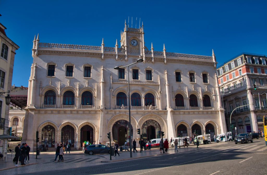 "<img class=""pull-center"" title=""Лиссабон, вокзал Россио"" src=""http://www.journeys6senses.com/wp-content/uploads/2020/04/DSCF5450-1024x673.jpg"" alt=""Лиссабон"">"