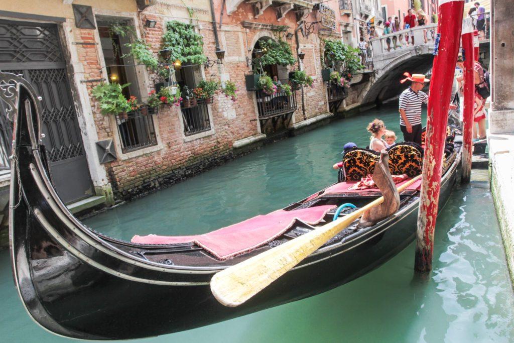 "<img class=""pull-center"" title=""Венеция. Италия"" src=""http://www.journeys6senses.com/wp-content/uploads/2020/04/IMG_4270-1024x683.jpg"" alt=""Венеция, Север Италии"">"