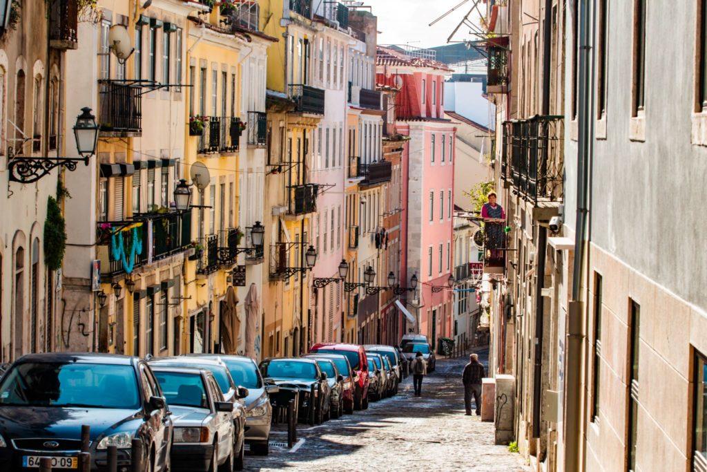 "<img class=""pull-center"" title=""Лиссабон, Шиаду"" src=""http://www.journeys6senses.com/wp-content/uploads/2020/04/IMG_5856-1024x683.jpg"" alt=""жилье в Лиссабоне"">"