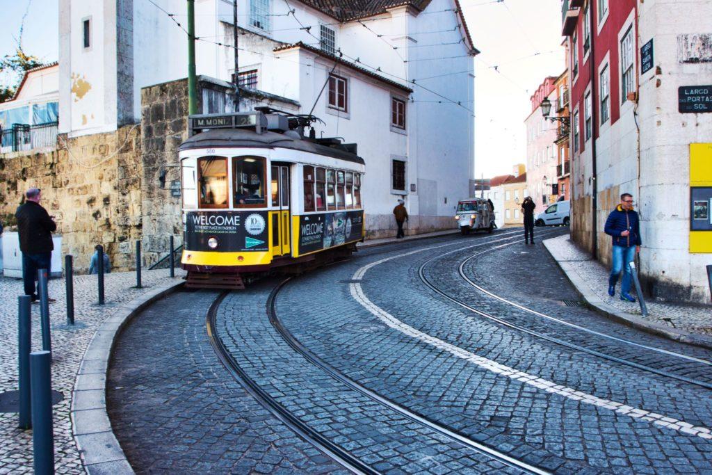 "<img class=""pull-center"" title=""Лиссабон, трамвай Miradouro de Santa Luzia"" src=""http://www.journeys6senses.com/wp-content/uploads/2020/04/IMG_6070-1024x683.jpg"" alt=""жилье в Лиссабоне"">"