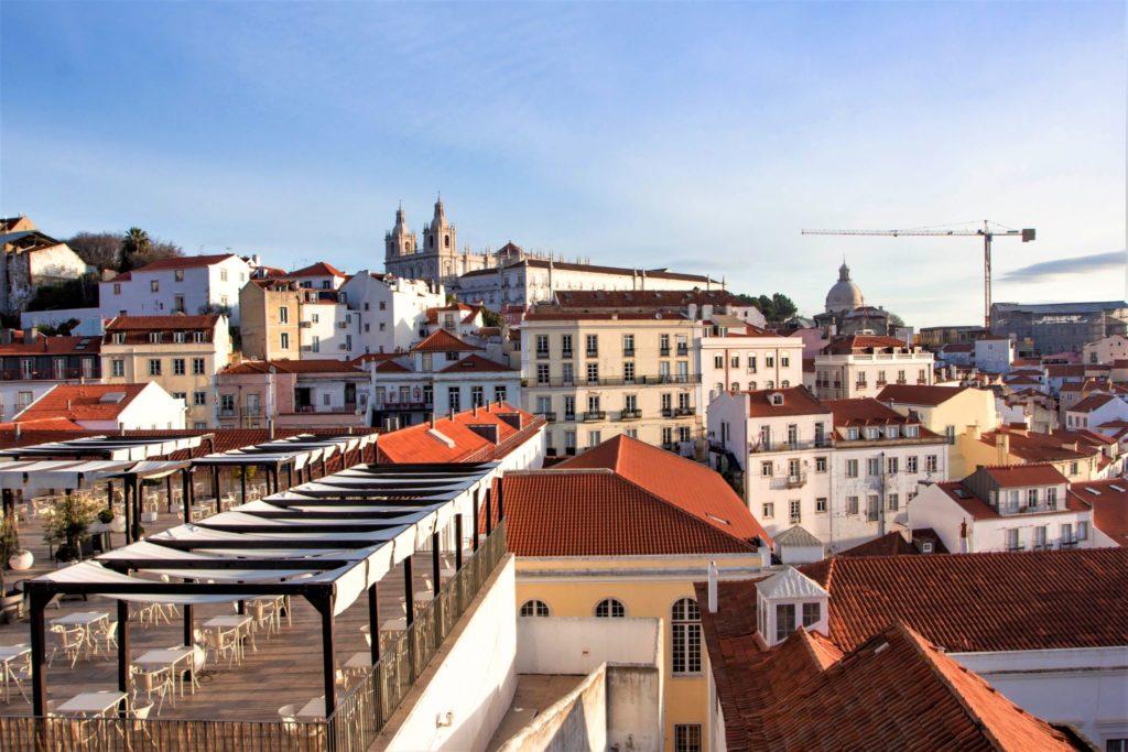 "<img class=""pull-center"" title=""Лиссабон, Miradouro de Santa Luzia"" src=""http://www.journeys6senses.com/wp-content/uploads/2020/04/IMG_6171-2-1024x683.jpg"" alt=""жилье в Лиссабоне"">"