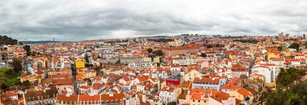 "<img class=""pull-center"" title=""Лиссабон, панорама"" src=""http://www.journeys6senses.com/wp-content/uploads/2020/04/IMG_6177-Pano-1024x352.jpg"" alt=""жилье в Лиссабоне"">"