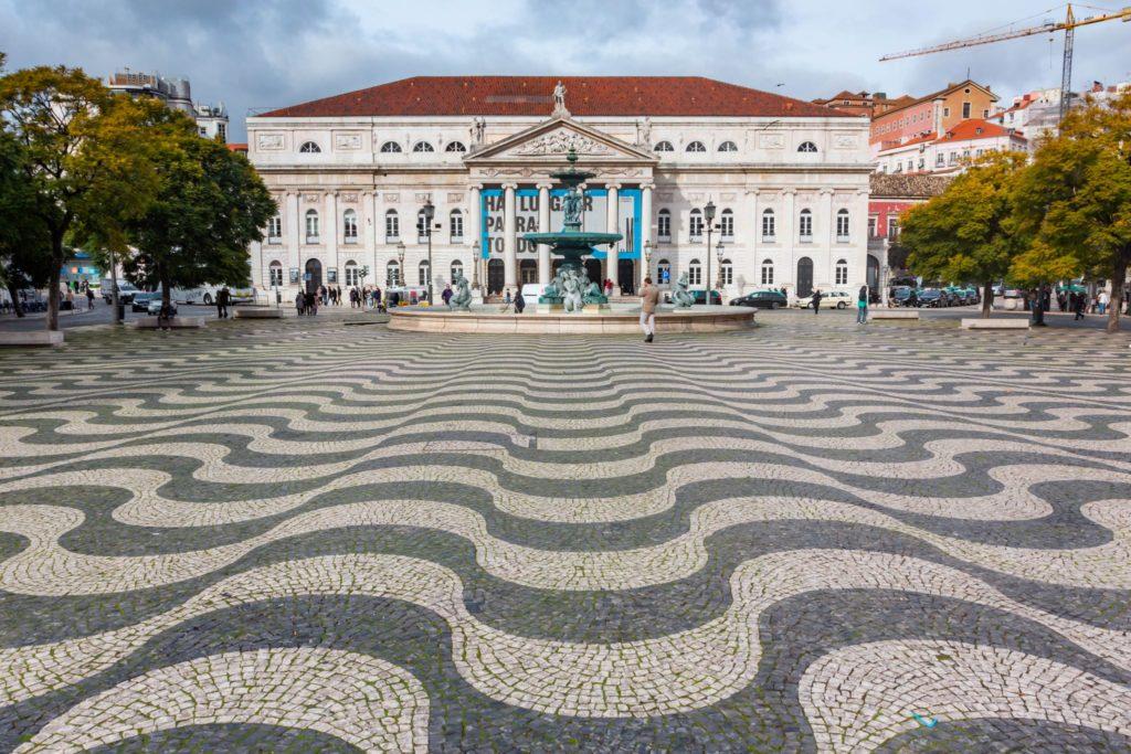 "<img class=""pull-center"" title=""Лиссабон, площадь Россио"" src=""http://www.journeys6senses.com/wp-content/uploads/2020/04/IMG_6190-1024x683.jpg"" alt=""Лиссабон"">"