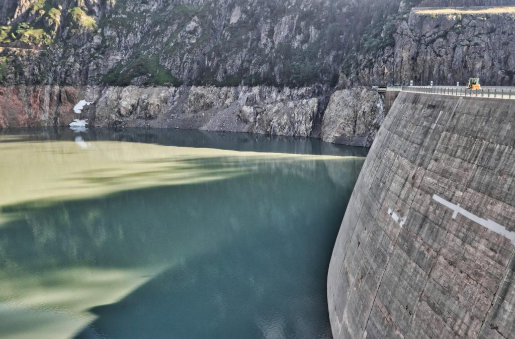 "<img class=""pull-center"" ti<img class=""pull-center"" title=""Швейцария,озеро Lac d'Emosson"" src=""http://www.journeys6senses.com/wp-content/uploads/2020/04/IMG_6968-1024x675.jpg"" alt=""озеро на тропе динозавров"">"