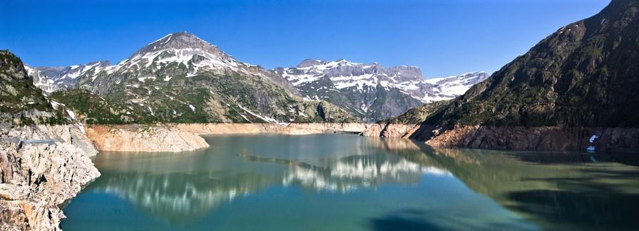 "<img class=""pull-center"" title=""Швейцария,озеро Lac d'Emosson"" src=""http://www.journeys6senses.com/wp-content/uploads/2020/04/Untitled_Panorama311.jpg"" alt=""озеро на тропе динозавров"">"