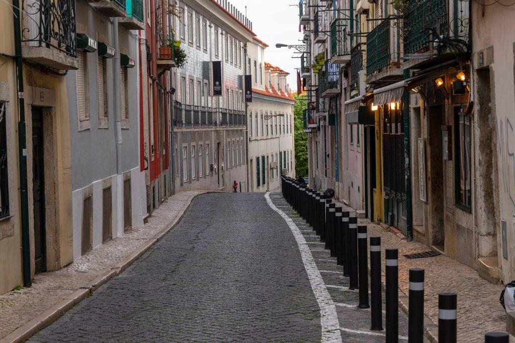 "<img class=""pull-center"" title=""Лиссабон, Байру Алту"" src=""http://www.journeys6senses.com/wp-content/uploads/2020/04/lisbon-4176998_1280-1024x682.jpg"" alt=""жилье в Лиссабоне"">"