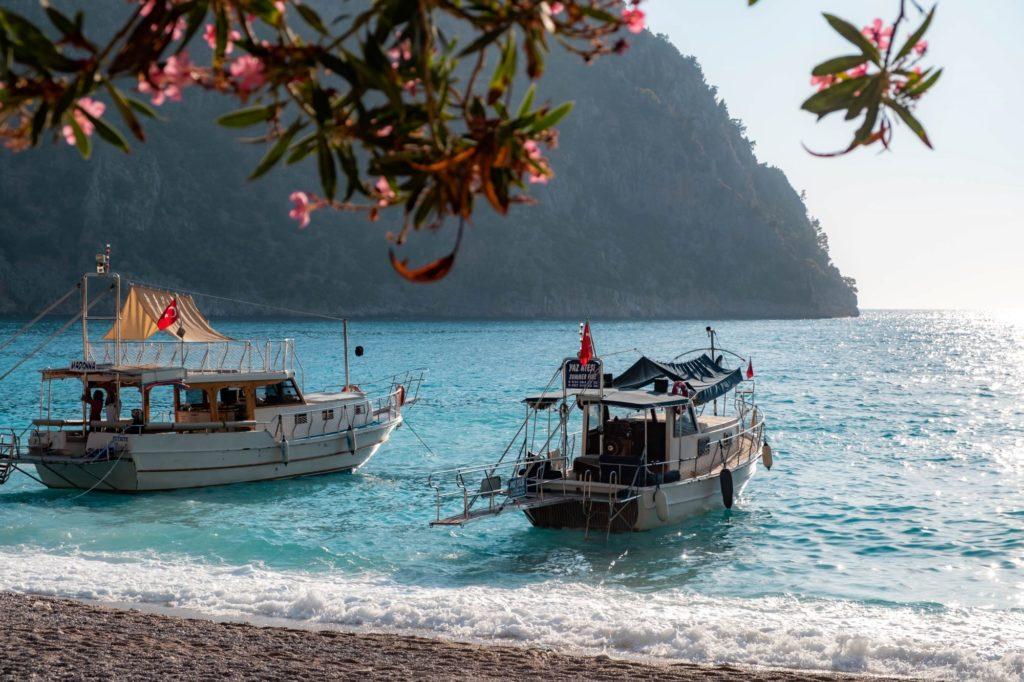 """<img class=""""pull-center"""" title=""""пляж Долина Бабочек, Турция"""" src=""""https://www.journeys6senses.com/wp-content/uploads/2020/09/DSCF7283-1024x682.jpg"""" alt=""""Пляжи в Фетхие"""">"""