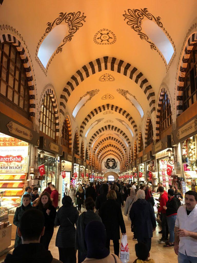 "<img class=""pull-center"" title=""Стамбул - Гранд-Базар "" src=""https://www.journeys6senses.com/wp-content/uploads/2020/09/IMG_2420-768x1024.jpg"" alt=""Где остановиться в Стамбуле"">"