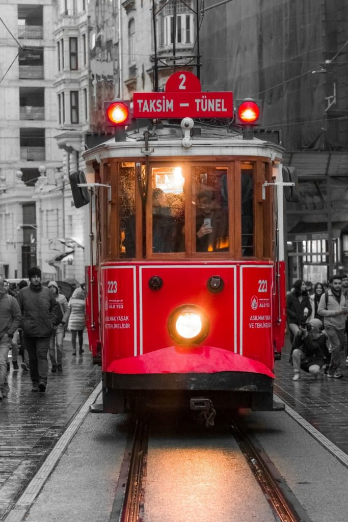 "<img class=""pull-center"" title=""Стамбул - Истикляль"" src=""https://www.journeys6senses.com/wp-content/uploads/2020/09/IMG_2511-683x1024.jpg"" alt=""Где остановиться в Стамбуле"">"