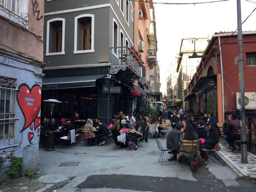 "<img class=""pull-center"" title=""Стамбул - Каракёй "" src=""https://www.journeys6senses.com/wp-content/uploads/2020/09/IMG_8610-1024x768.jpg"" alt=""Где остановиться в Стамбуле"">"