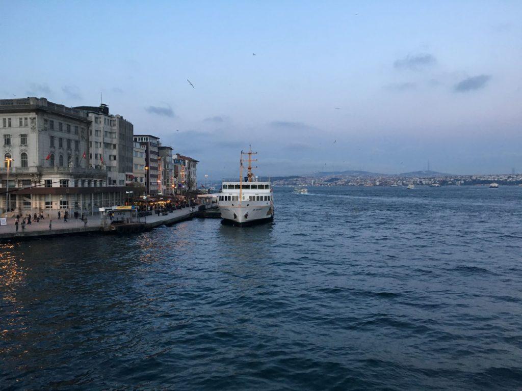 "<img class=""pull-center"" title=""Стамбул - Каракёй "" src=""https://www.journeys6senses.com/wp-content/uploads/2020/09/IMG_9008-1024x768.jpg"" alt=""Где остановиться в Стамбуле"">"