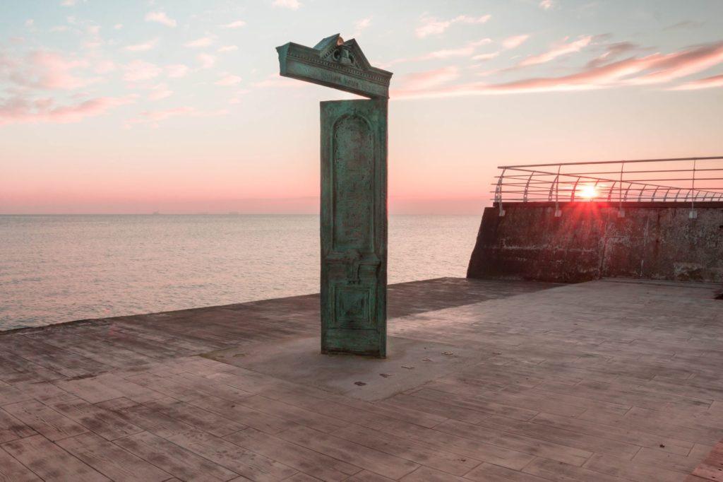 "<img class=""pull-center"" title=""Дом солнца на пляже Ланжерон"" src=""https://www.journeys6senses.com/wp-content/uploads/2020/12/IMG_7369-1024x682.jpg"" alt=""Одесса зимой чем заняться"">"
