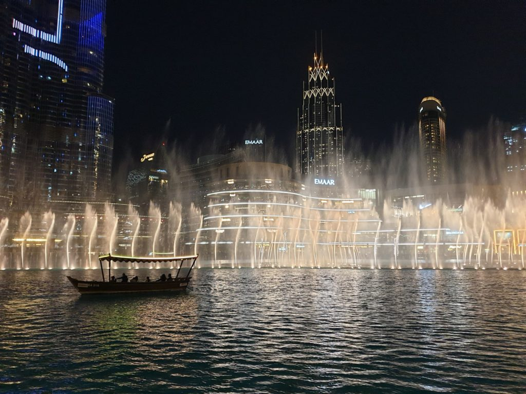 "<img class=""pull-center"" title=""Фонтан Дубай"" src=""https://www.journeys6senses.com/wp-content/uploads/2021/02/20210128_220311-1024x768.jpg"" alt=""Чем заняться зимой в Дубае"">"